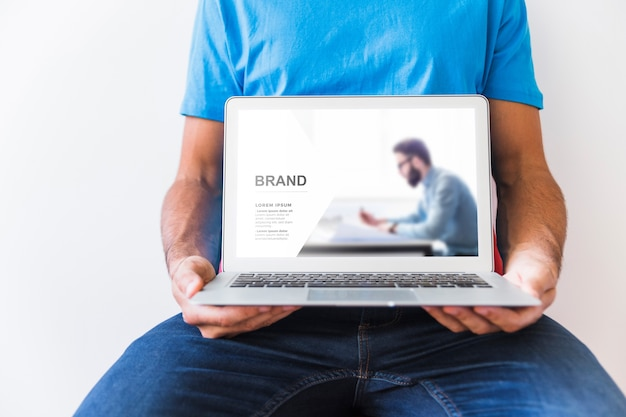 Man holding laptop Free Psd