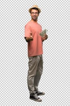 Мужчина держит много счетов, пожимая руки за закрытие хорошей сделки