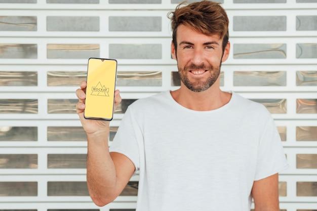 Мужчина держит мобильный