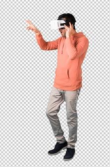 Человек в розовой футболке с использованием очков vr. опыт виртуальной реальности