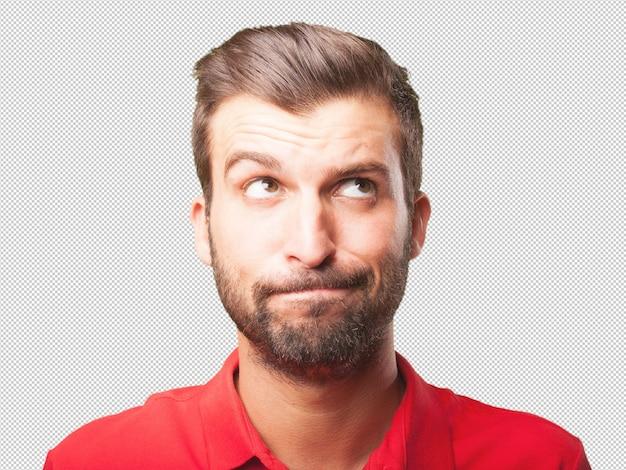Человек в красной рубашке поло с сомнительным выражением