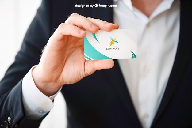 Человек, представляющий макет визитной карточки