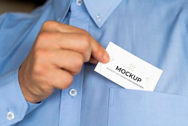 Человек кладет макет визитной карточки в карман
