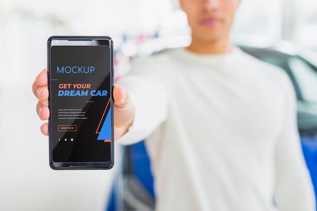 Uomo che vende un modello digitale online di automobili