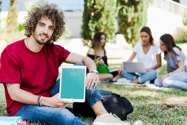 공원에서 남자 보여주는 태블릿 이랑