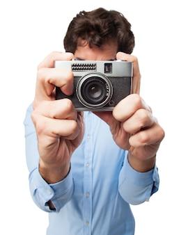 Человек, принимая фотографии