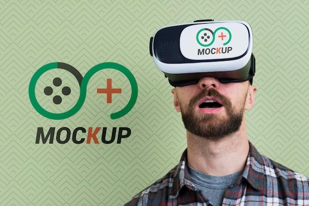 仮想現実のヘッドセットのモックアップを使用している人