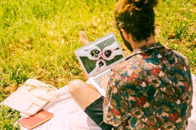 자연에서 노트북 이랑을 사용하는 사람