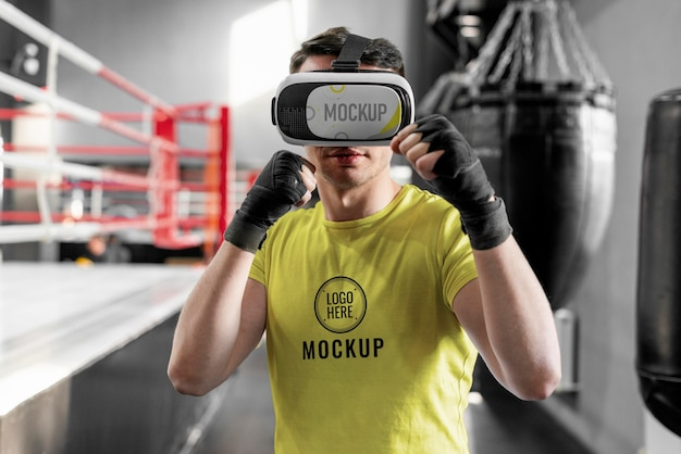 ボクシングのトレーニングでバーチャルリアリティゴーグルを使用している男