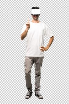 Человек, используя очки vr, считая один