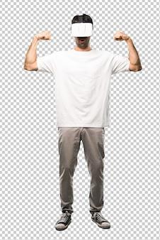 Человек, используя очки vr, делая сильный жест