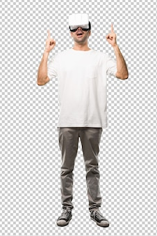 Человек, используя очки vr, указывая указательным пальцем отличную идею и глядя вверх