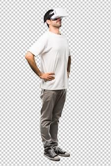 Человек, используя очки vr стоять и смотреть вверх