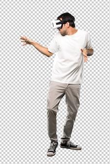 Человек с помощью vr glassestry, чтобы коснуться чего-то