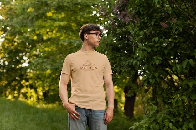 모형 티셔츠를 입은 남자