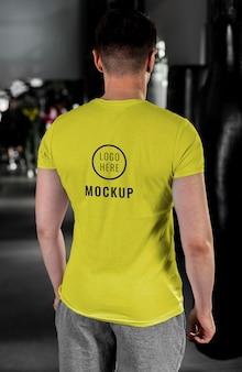 Uomo che indossa il mock-up di t-shirt boxe
