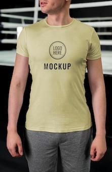 Человек, носящий боксерскую футболку макет
