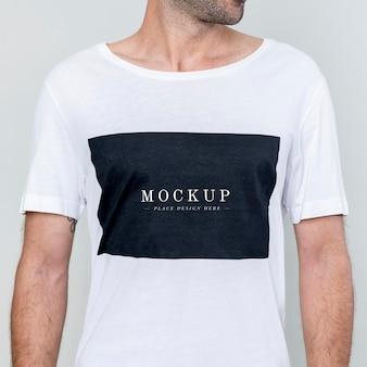 흰색 t-셔츠 모형을 입고 남자