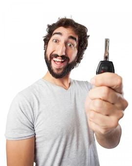車のキーを持つ男