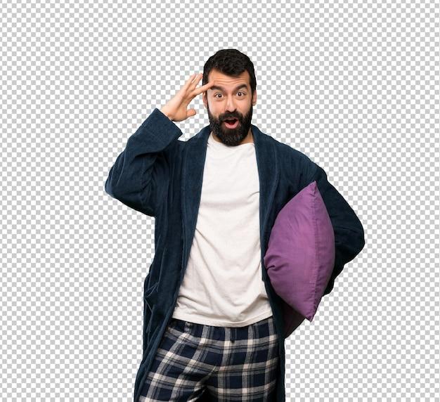 Человек с бородой в пижаме только что что-то понял и намеревается найти решение