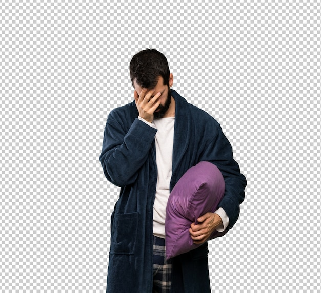 Человек с бородой в пижаме с усталым и больным выражением