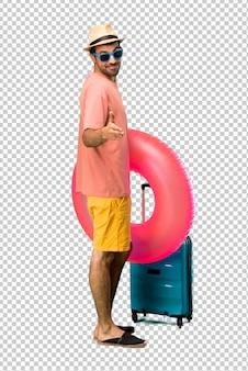 Человек со шляпой и солнцезащитными очками на летних каникулах пожимает руку за закрытие хорошей сделки