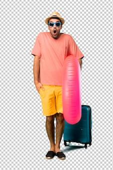 Человек с шляпу и солнцезащитные очки на его летние каникулы с удивлением и шокирован выражением лица. зазор, потому что только что удивил