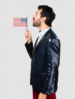 Человек с курткой, держащей американский флаг