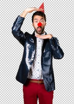 Человек с курткой с носом клоуна