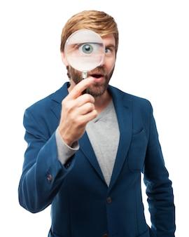 L'uomo con una lente di ingrandimento