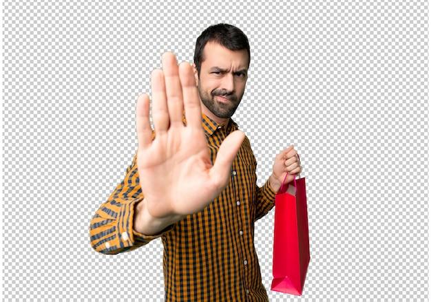 잘못 생각하는 상황을 거부하는 쇼핑백을 만드는 쇼핑백을 가진 남자