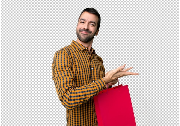쇼핑 가방을 향해 웃고있는 동안 아이디어를 제시하는 남자