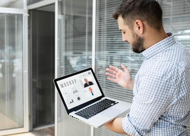 그의 노트북 모형에서 일하는 남자