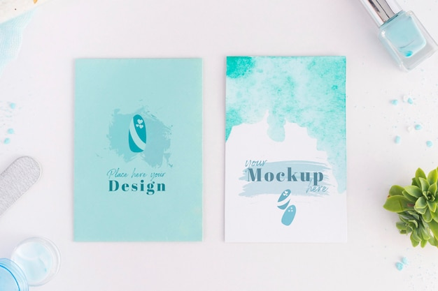 Disposizione di elementi per manicure con mock-up di carte