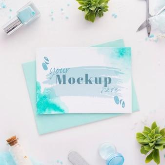 Assortimento di elementi per manicure con mock-up di carte