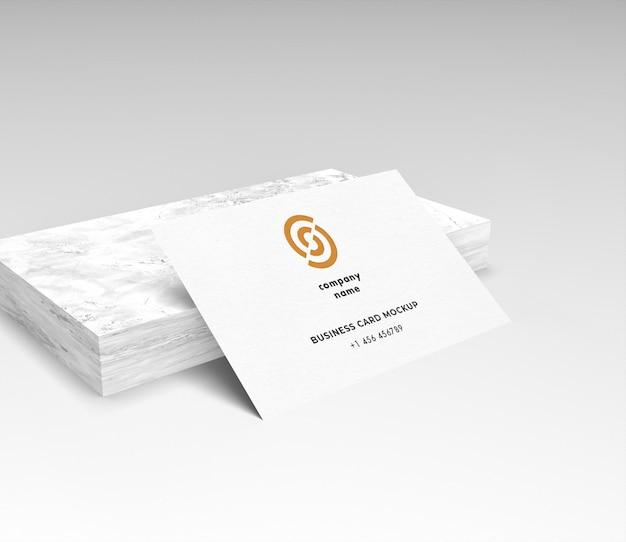 Белая визитная карточка на макете marbel