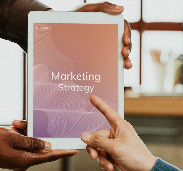 Маркетинговая стратегия на макете цифрового планшета