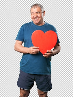 心臓の形を保持している中年の男性