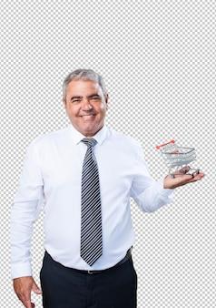 買い物カゴを保持している中年の男性