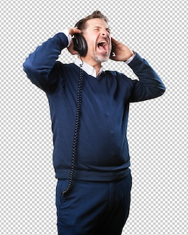 Зрелый человек слушает музыку