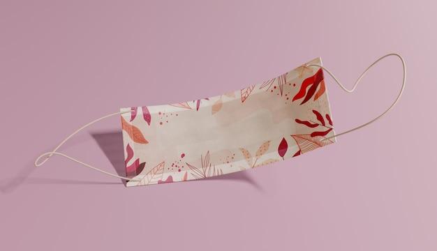 Медицинская маска с рисунком листьев
