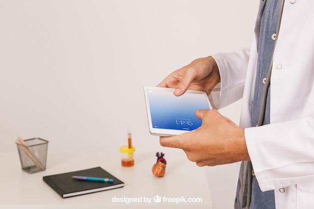Медицинский макет с врачом, работающим с планшетом