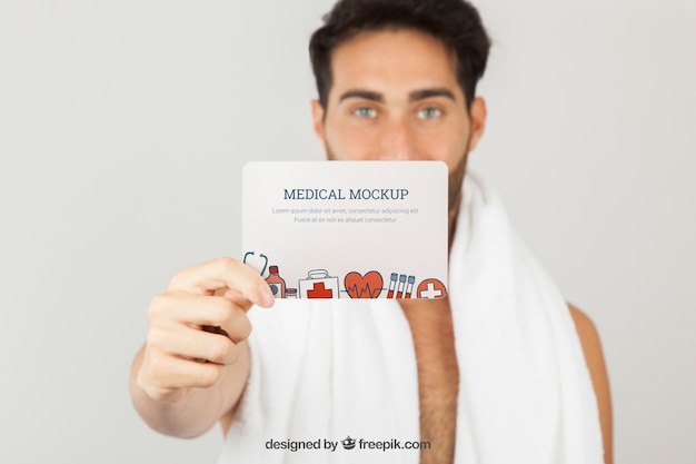Medico simulare con il giovane holding card