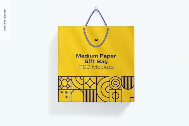 Средний бумажный подарочный пакет с макетом ручки из веревки, висит