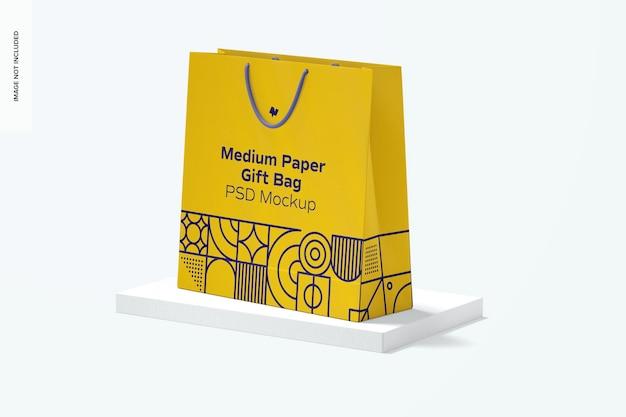 Средний бумажный подарочный пакет с макетом ручки из веревки, вид слева