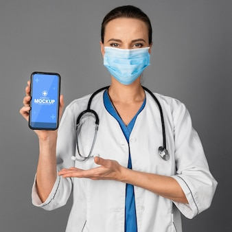 스마트폰을 들고 중간 샷 의사
