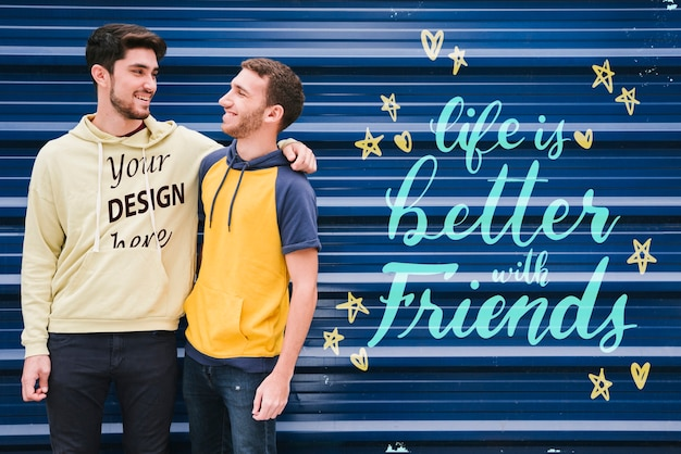 Средний выстрел друзей, смотрящих друг на друга