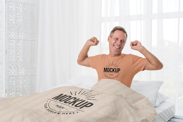 중간 샷 노인 침대에서 무료 PSD 파일