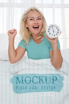 중간 샷 웃는 여자 침대