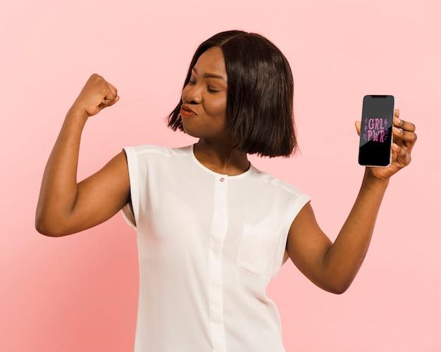 Средний выстрел женщина, держащая смартфон